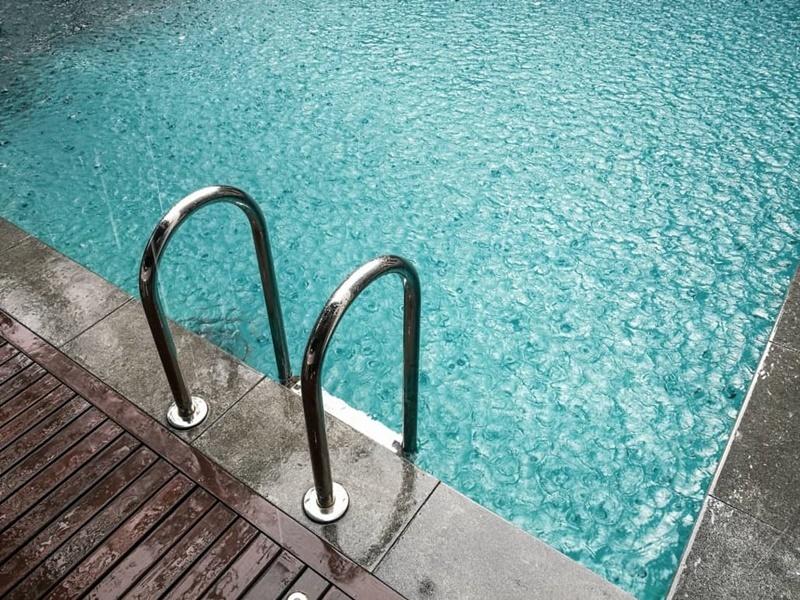 perigos dos raios e tempestades nas piscinas abertas